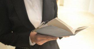 企業訪問や面接のスケジュールを確認する就活生